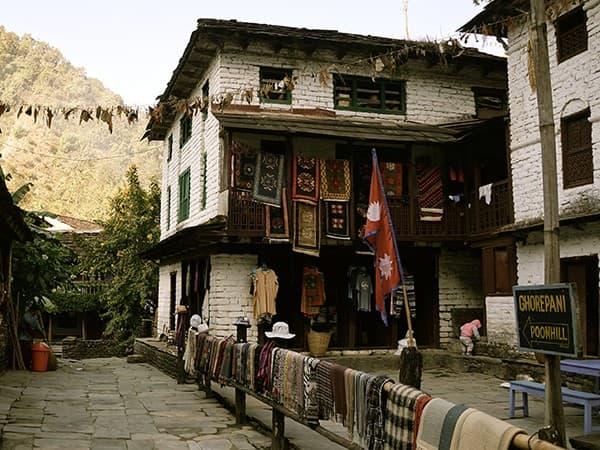 Pueblo de himalaya durante el trekking Ghorepani Poon Hill