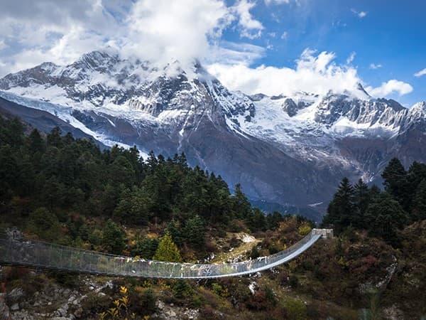 puente colgante del trekking del manaslu.