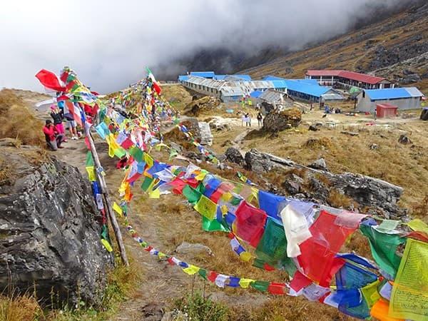 banderas de oracion durante el trejkking en annapurna