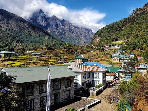 pueblo sherpa durante el trekking everest