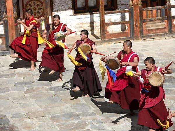 viaje a Bután danza monjes