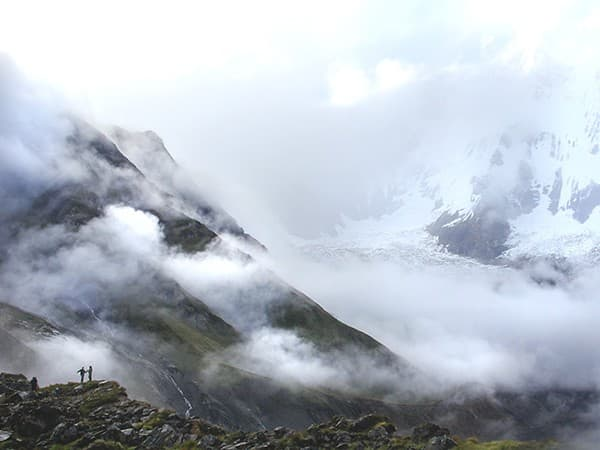 niebla durante el trekking al campo base del annapurna