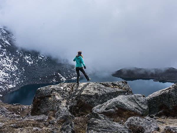 turista en el lago gosaikunda