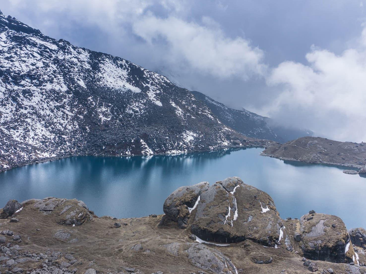 El lago sagrado Gosaikunda de langtang
