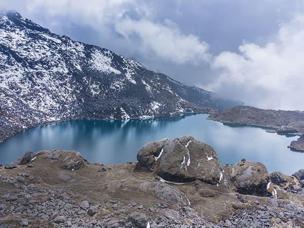 visa del lago gosaikunda desde laurebina